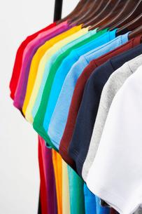 横に並んだカラフルTシャツの写真素材 [FYI03955903]