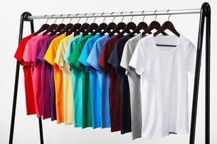横に並んだカラフルTシャツの写真素材 [FYI03955909]