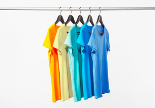 横に並んだカラフルTシャツの写真素材 [FYI03955911]