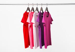 赤のグラデーションTシャツの写真素材 [FYI03955914]