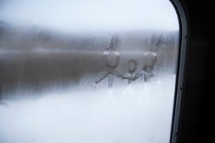 窓に書かれた親子の落書きの写真素材 [FYI03955959]