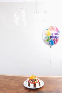 誕生日ケーキと風船の写真素材 [FYI03956281]