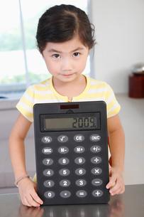 電卓を見せる女の子の写真素材 [FYI03956285]