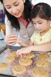 クッキーを作る親子の写真素材 [FYI03956287]