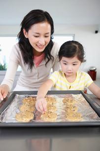 クッキーを作る親子の写真素材 [FYI03956288]