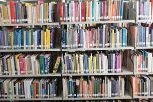 図書館の本棚の写真素材 [FYI03956289]