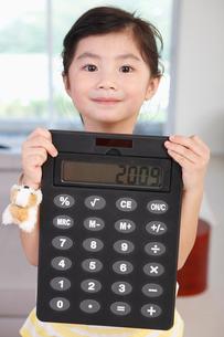 電卓を見せる女の子の写真素材 [FYI03956290]