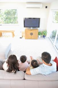 リビングでテレビを見る家族の写真素材 [FYI03956292]