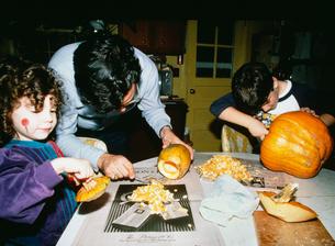 ハロウィーンでジャック・オーランタンを作る子供の写真素材 [FYI03956305]