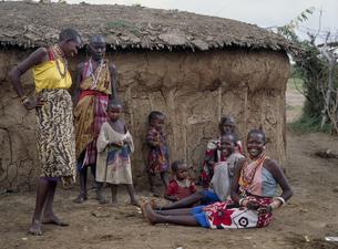 マサイの家と女達 マサイマラの写真素材 [FYI03957266]