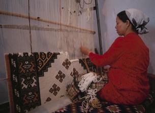 絨毯を織る女性の写真素材 [FYI03957274]