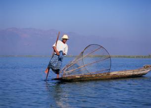 インレー湖 インダー族の漁師の写真素材 [FYI03957474]
