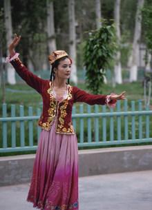 踊るウイグル族の女性の写真素材 [FYI03957506]