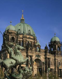 旧博物館の銅像とベルリン大聖堂の写真素材 [FYI03957550]