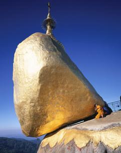 ゴールデンロック 仏舎利塔の写真素材 [FYI03957589]