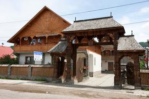マラムレシュ地方の家の門構えの写真素材 [FYI03957812]