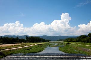 夏雲と賀茂川上流の写真素材 [FYI03957952]