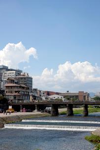 夏雲と鴨川と三条大橋の写真素材 [FYI03957953]