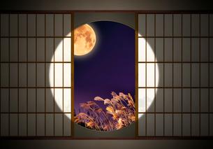 丸窓とすすきと満月の写真素材 [FYI03958070]