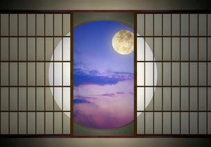 丸窓と満月の写真素材 [FYI03958073]