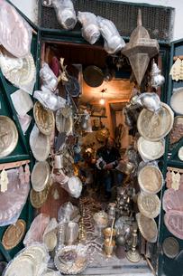カスバの銅細工職人の工房の写真素材 [FYI03958134]