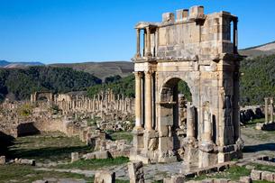 ジェミラ遺跡 カラカラ帝の凱旋門の写真素材 [FYI03958165]