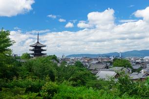 八坂の塔と京都タワー遠望の写真素材 [FYI03958308]