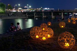 風鈴灯と三条大橋の写真素材 [FYI03958323]