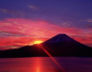 本栖湖と富士山と朝日の写真素材 [FYI03958385]