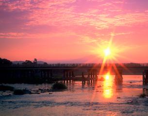 嵐山渡月橋と朝日の写真素材 [FYI03958397]