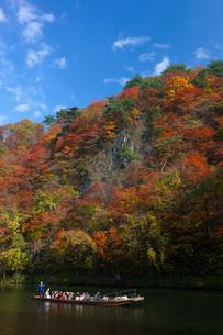 猊鼻渓 紅葉と観光船の写真素材 [FYI03958523]