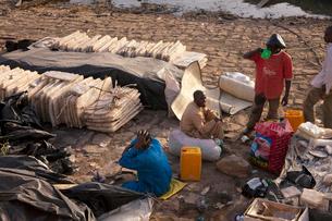 サハラ岩塩を売る人たちの写真素材 [FYI03958641]