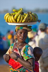 バナナを売る女性の写真素材 [FYI03958661]