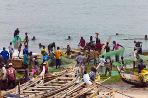 漁船と漁師の写真素材 [FYI03958689]