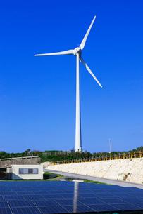 風力発電と太陽光発電の写真素材 [FYI03958964]