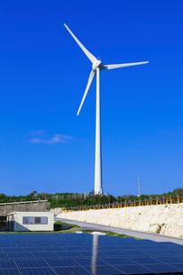 風力発電と太陽光発電の写真素材 [FYI03958988]