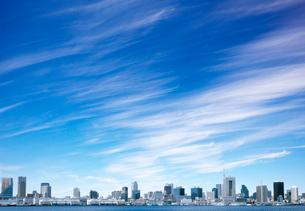 ビル群と筋雲の写真素材 [FYI03959041]