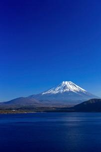 本栖湖 富士山の写真素材 [FYI03959274]
