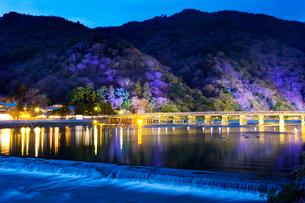 嵐山花灯路 渡月橋のライトアップの写真素材 [FYI03959475]