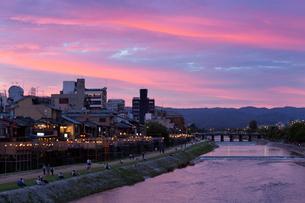 鴨川 夕景の写真素材 [FYI03959682]