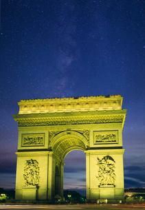 凱旋門と星空の写真素材 [FYI03959702]