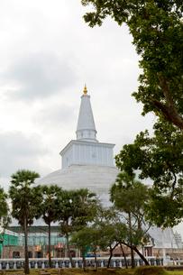 アヌラーダプラ ルワンウェリサーヤ大塔の写真素材 [FYI03960141]