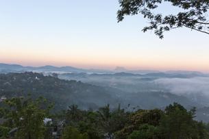 キャンディの町と朝霧の写真素材 [FYI03960172]