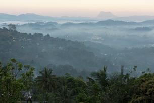 キャンディの町と朝霧の写真素材 [FYI03960173]