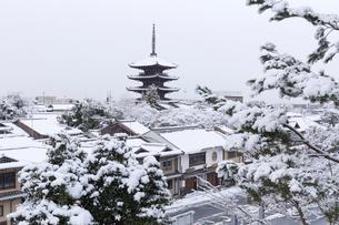 雪の八坂塔の写真素材 [FYI03960515]