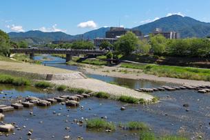 賀茂川と比叡山の写真素材 [FYI03960958]
