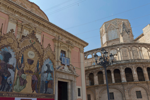 聖母教会堂とカテドラルの写真素材 [FYI03960977]