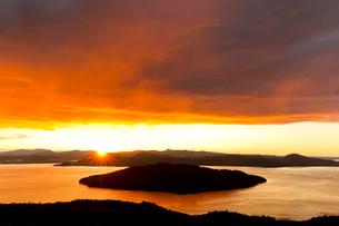 屈斜路湖の朝焼けの写真素材 [FYI03961121]