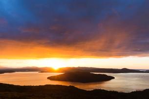屈斜路湖の朝焼けの写真素材 [FYI03961122]