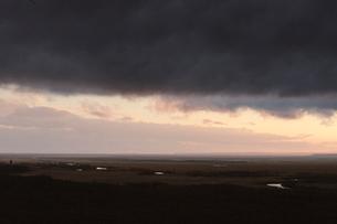 釧路湿原の黒い雲の写真素材 [FYI03961141]